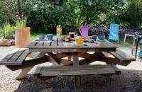 Petit-déjeuner sur terrasse au gite le petit Costebelle